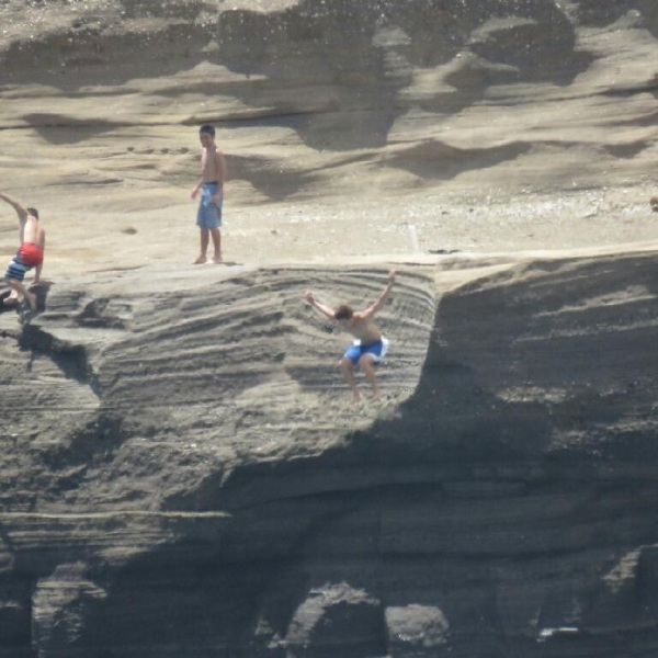 teenagers jumping off cliff_85978