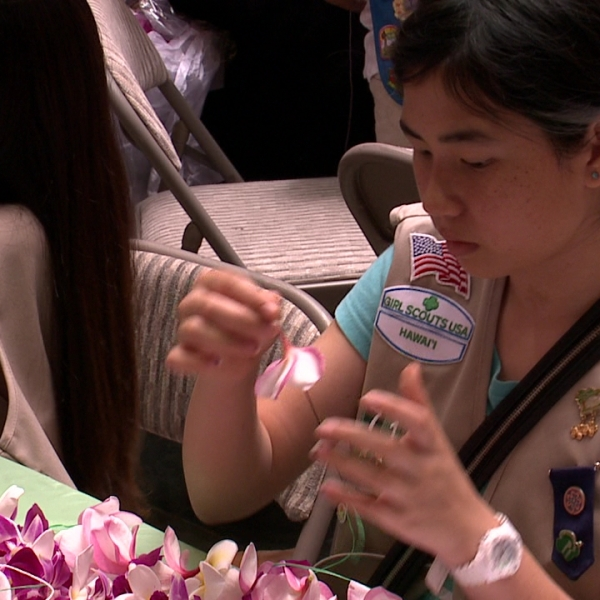 Girl Scouts Lei Sewing_96349