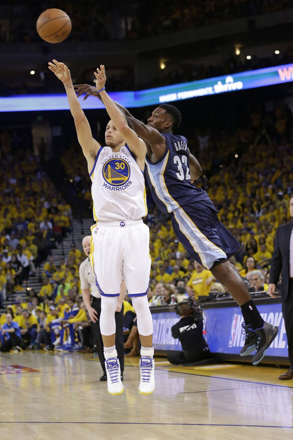 Golden State Warriors guard Stephen Curry (30) shoots a three point basket, which he made, in front of Memphis Grizzlies forward Jeff Green (32) during the second half of Game 1 in a second-round NBA playoff basketball series in Oakland, Calif.,...