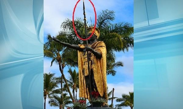 Spear Missing off Kamehameha Statue_116108