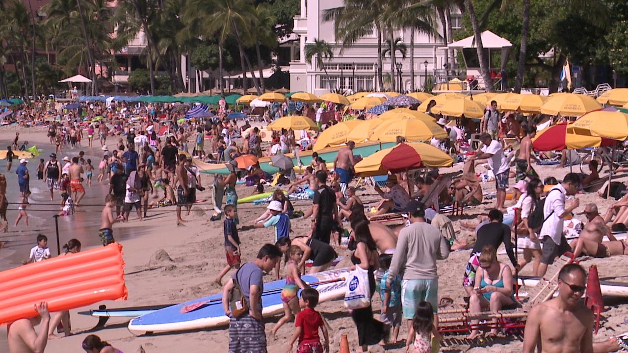 crowded waikiki beach tourists tourism_155450