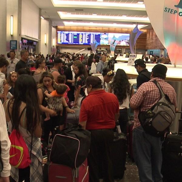 honolulu international airport crowd_159230