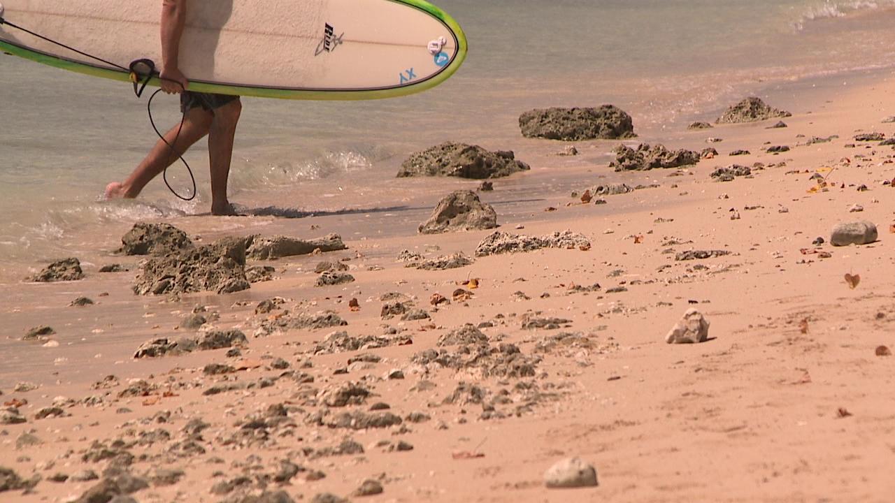 ala-moana-regional-park-rocks-on-sand_178653