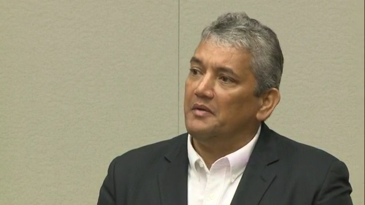 mayor-billy-kenoi-on-the-stand_181810