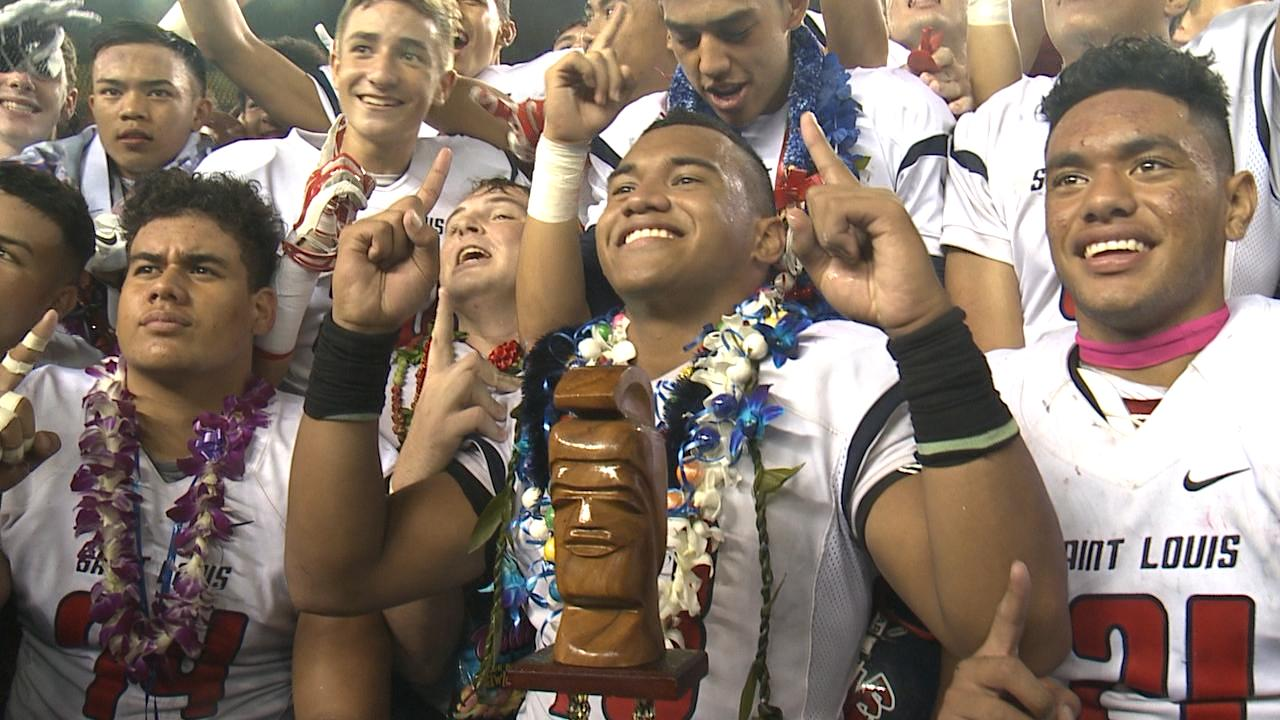 Saint Louis Quarterback Tua Tagovailoa poses with 2016 HHSAA Open Division Championship with Crusaders teammates_185810
