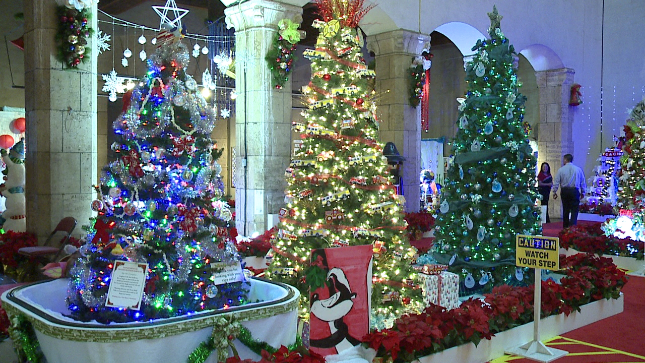 honolulu-hale-christmas-trees-2_187283